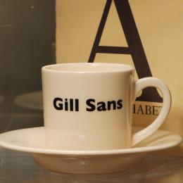 Tasse expresso et soucoupe décoration typo Gill Sans